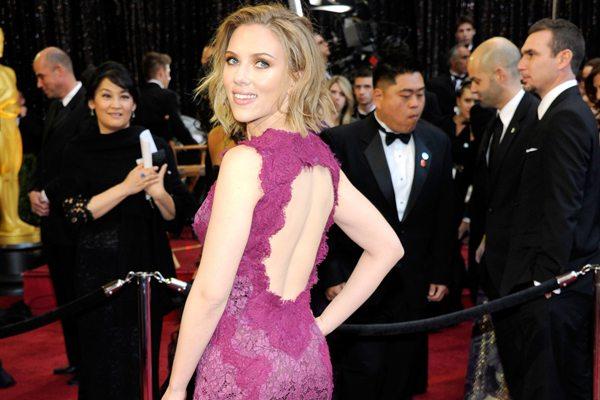 Scarlett Johansson compie 30 anni, ecco i 10 look più belli