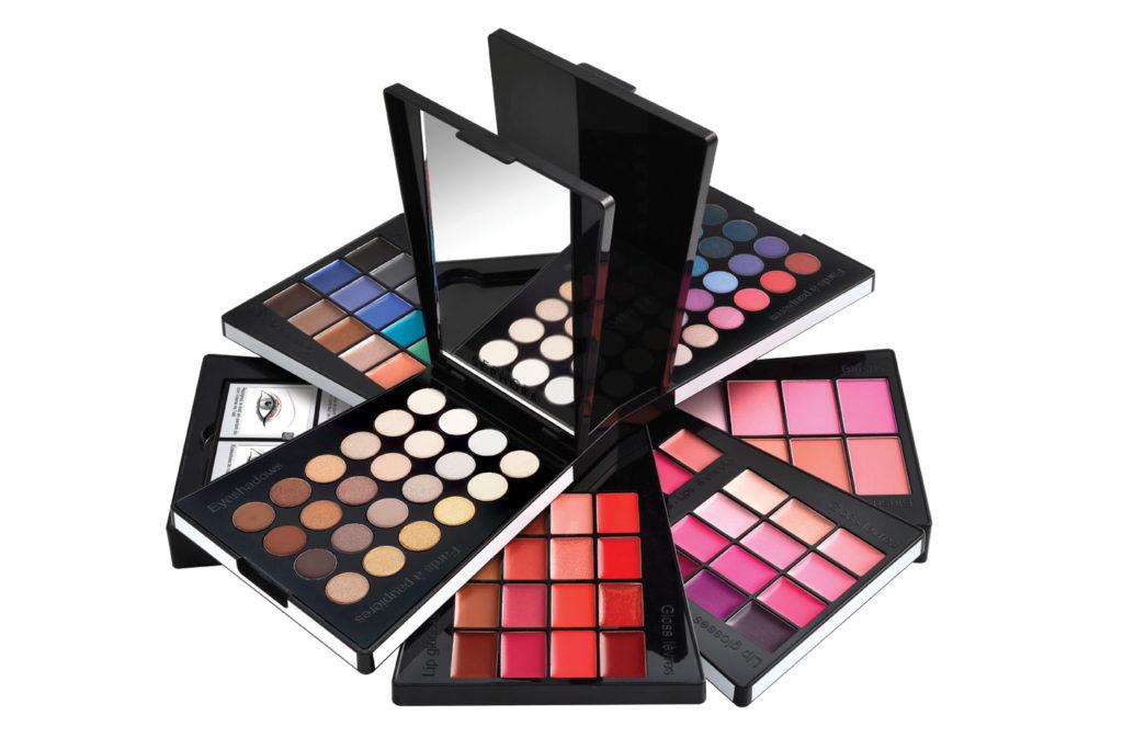 72 ombretti, 18 eyeliner in crema, 8 blush, 4 rossetti a lunga tenuta da applicare anche sulle guance, 28 gloss e 6 tutorial! €  39,90