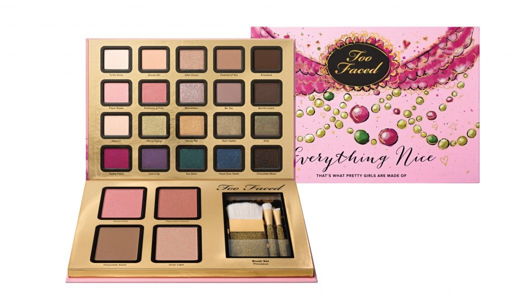 Cofanetto Everything Nice di Too Faced, con i best seller del brand: mascara Better Than Sex, il blush abbronzante Chocolate Soleil Bronzer (ricco di antiossidanti), i pennelli Teddy Bear Hair e gli ombretti classici € 49,00