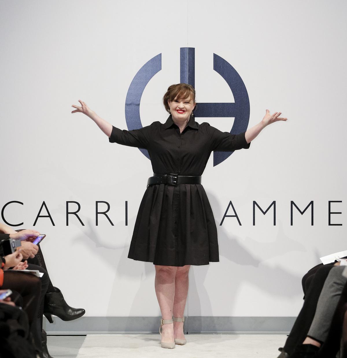 Jamie Brewer sfila per Carrie Hammer