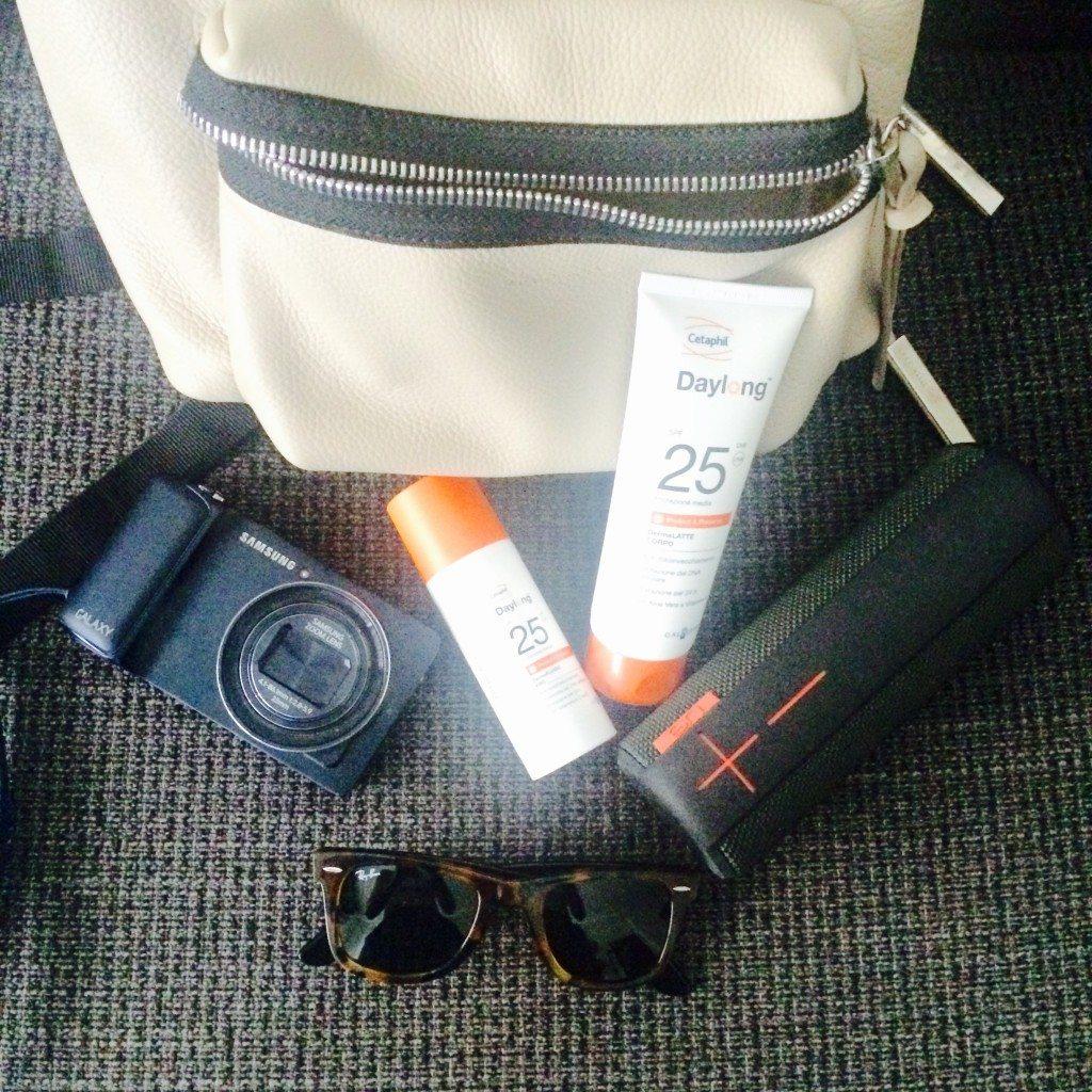 Il mio kit da parco: protezione solare, occhiali, macchina fotografica, Ue Boom.