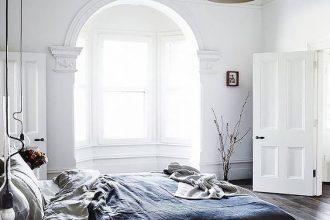 letto lenzuola chiare e coperta blu