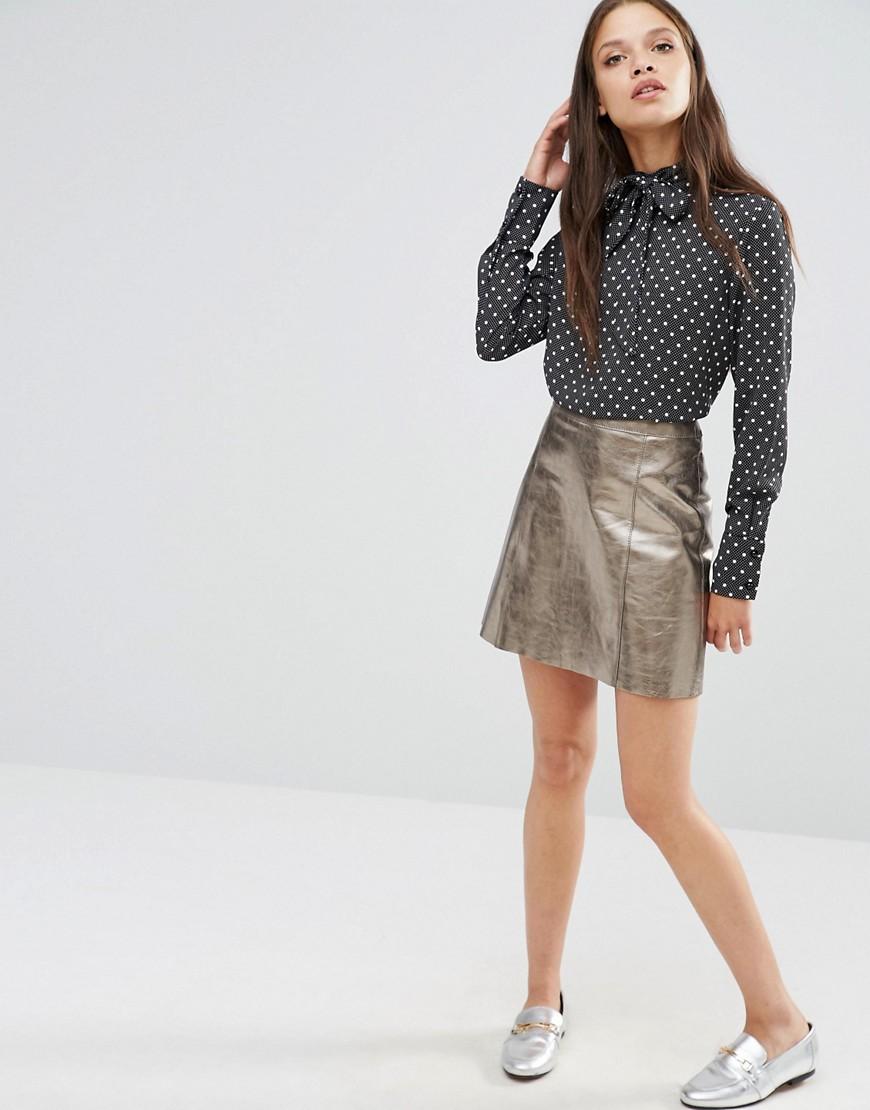 Due trend in un look: camicia con fiocco e gonna metallic