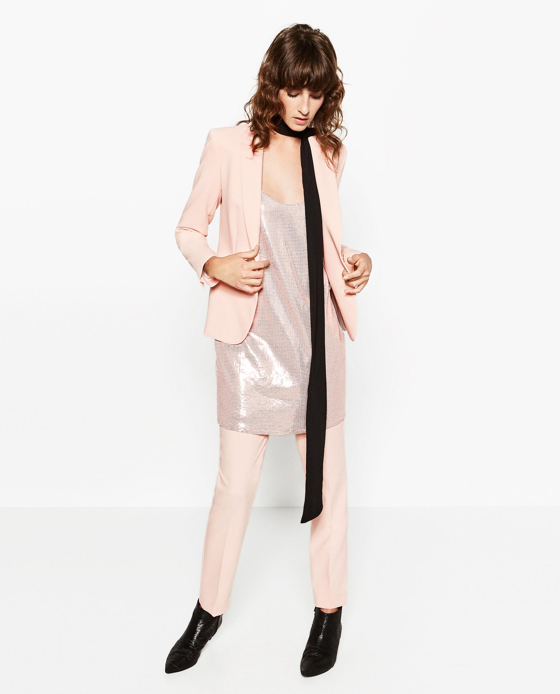 Rosa, fiocchi, metallic e strato su strato. Quanti trend in questo look!