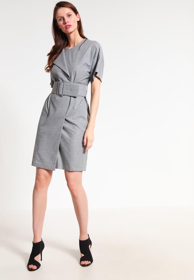 vestito grigio belt Outfit da ufficio: basta con il solito tubino!