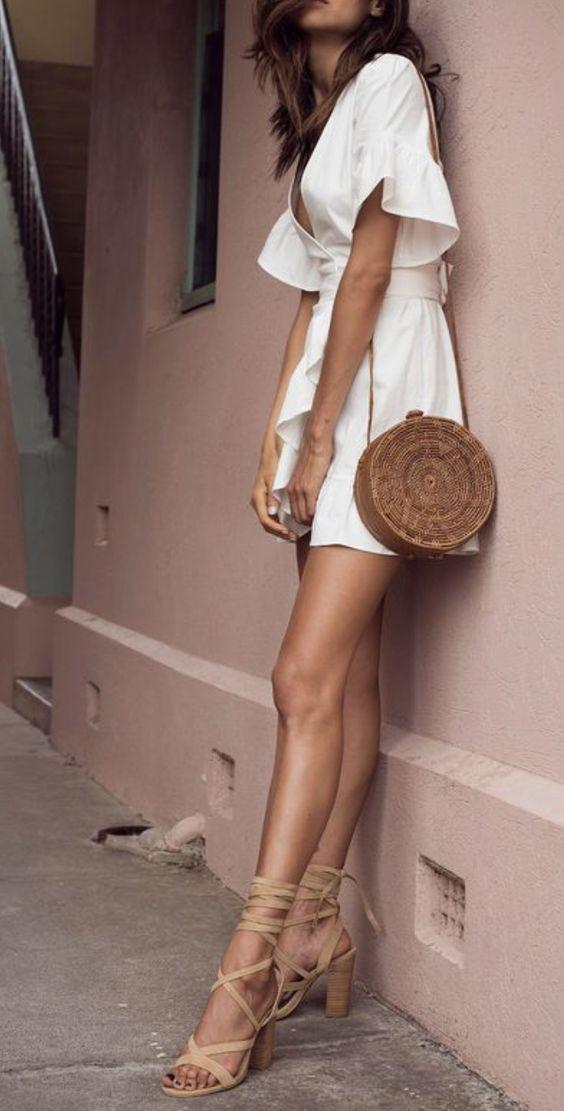 borsa di paglia rotonda con vestito bianco